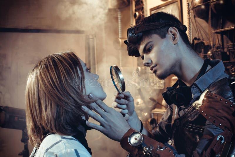 一对年轻美好的爱恋的夫妇的画象在steampunk样式的 免版税库存图片