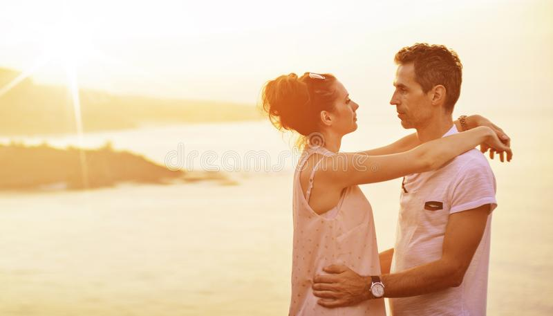 一对快乐的已婚夫妇的画象在度假 图库摄影