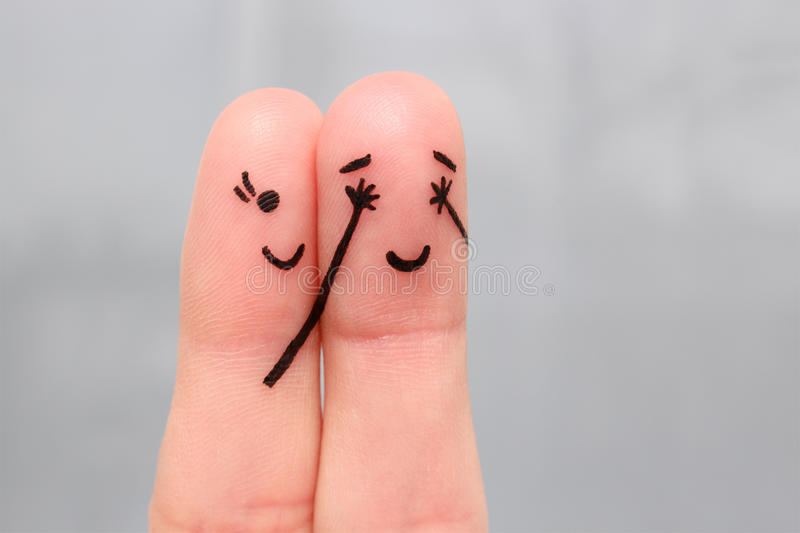 一对愉快的夫妇的手指艺术 女孩闭上了她的眼睛给男孩 免版税库存图片
