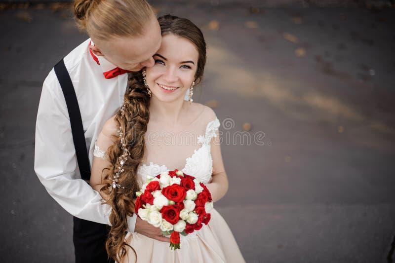 一对愉快的已婚夫妇的顶视图与婚姻的花束的 库存图片