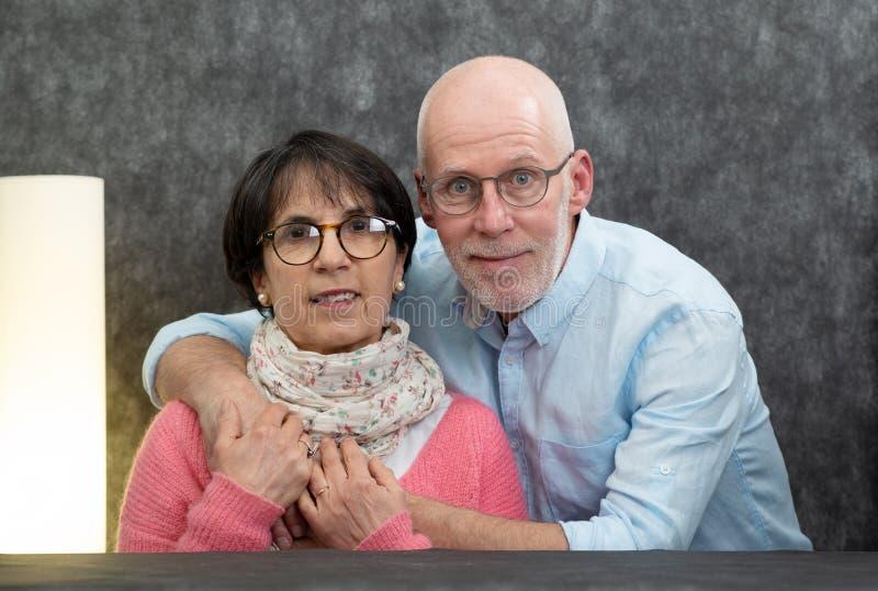 一对愉快的资深夫妇的画象在家 库存图片