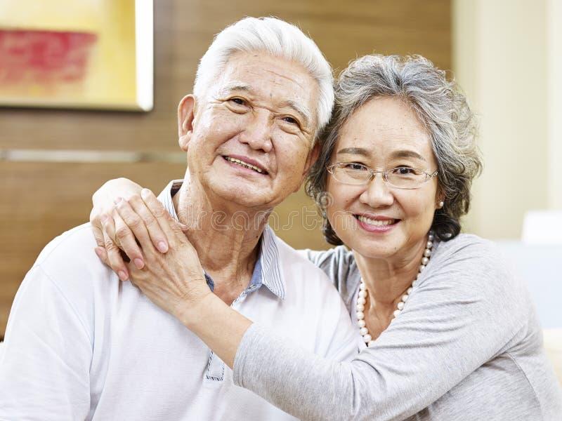 一对爱恋的亚洲夫妇的画象 免版税库存照片