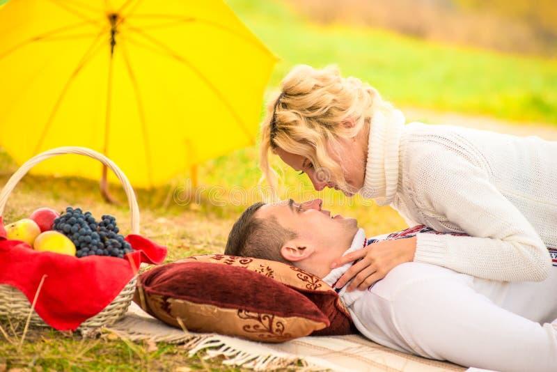 一对爱恋的夫妇关系 免版税库存照片
