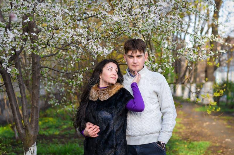 一对爱恋的夫妇在庭院里 免版税库存照片