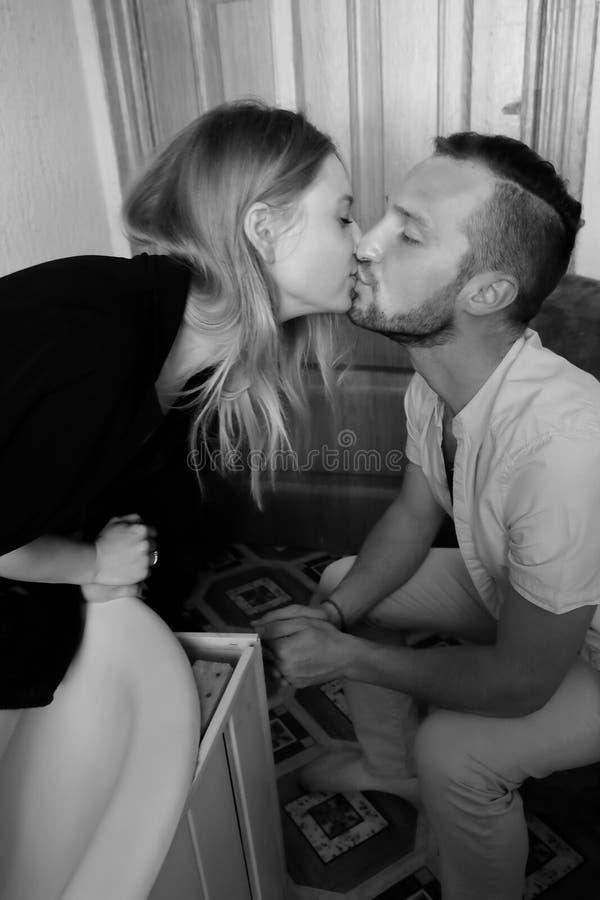 一对爱恋的夫妇的黑白画象 图库摄影