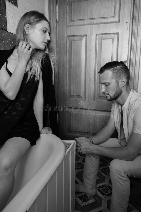 一对爱恋的夫妇的黑白画象 库存照片