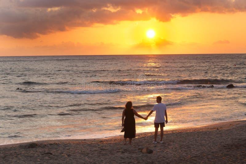 一对男女,在西班牙安达卢西亚的阿尔梅利亚,尼哈尔,看着日出,日落 免版税库存照片