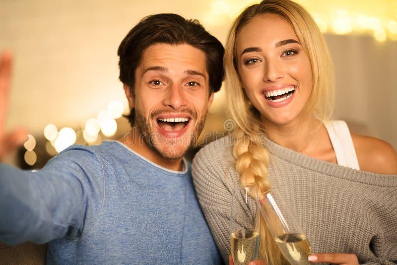 一对美人自拍并敲击香槟酒杯 免版税库存图片