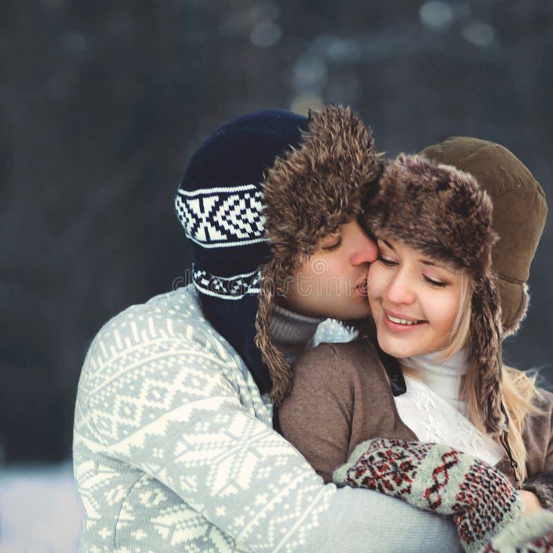 一对美好的愉快的年轻夫妇的画象在爱的 免版税图库摄影