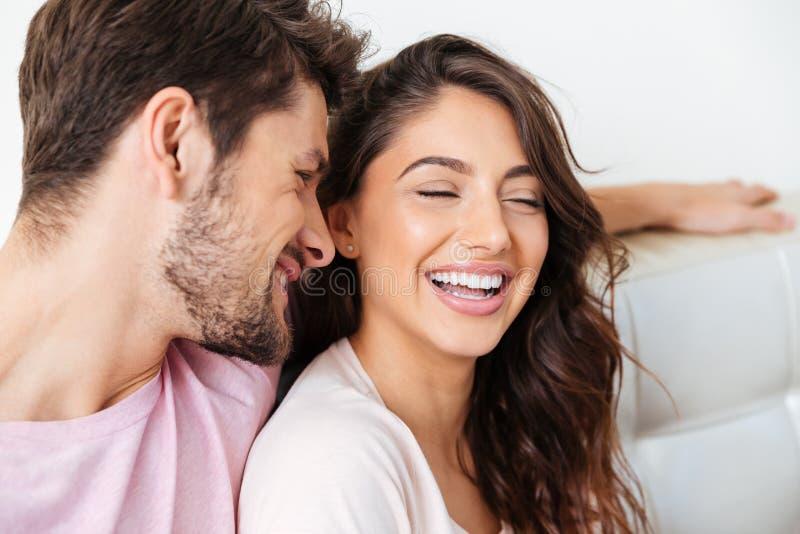 一对美好的年轻夫妇的特写镜头画象在长沙发的 免版税库存照片
