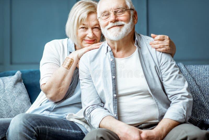 一对资深夫妇的画象在家 库存照片