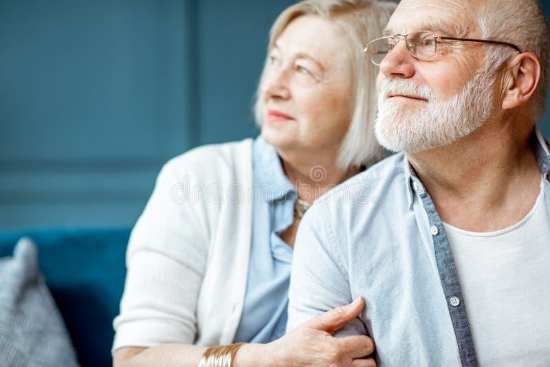 一对资深夫妇的画象在家 免版税库存照片