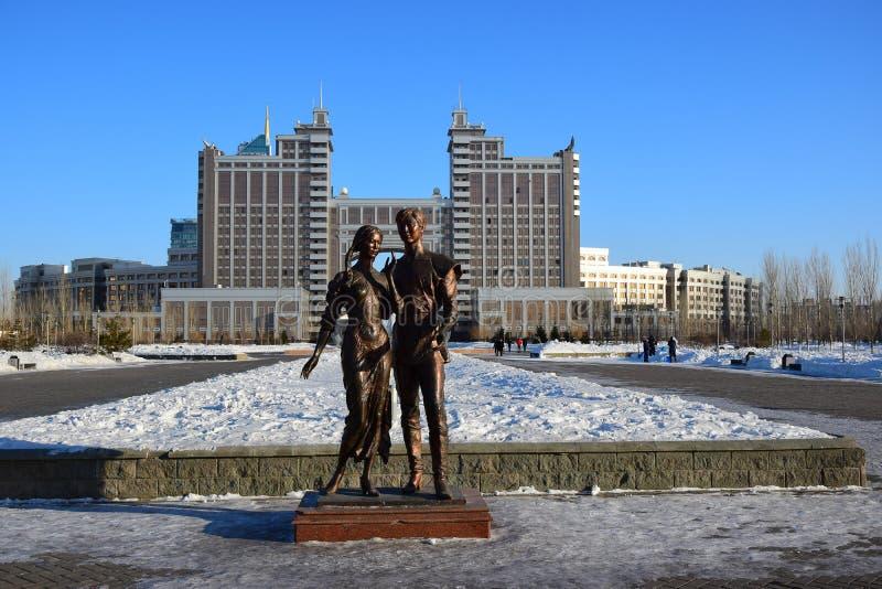 以一对年轻夫妇为特色的一个古铜色雕象在阿斯塔纳 免版税库存照片