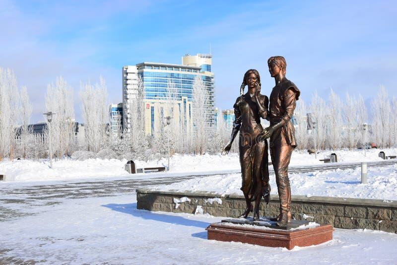以一对年轻夫妇为特色的古铜色雕象在阿斯塔纳/哈萨克斯坦 免版税库存图片