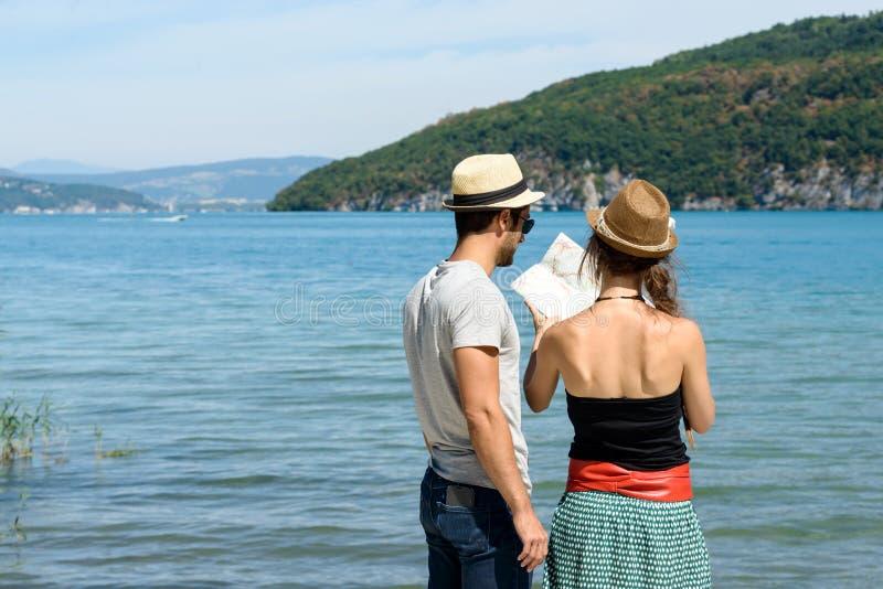 一对年轻夫妇在度假 免版税图库摄影
