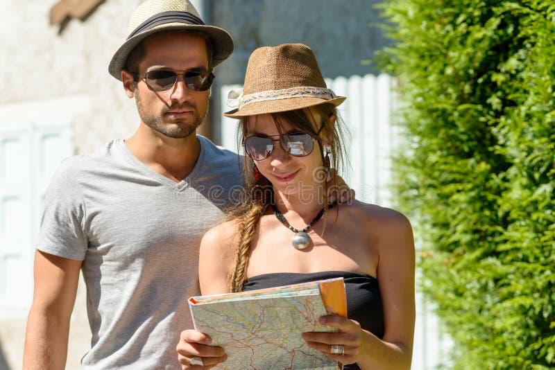 一对年轻夫妇在度假 免版税库存照片