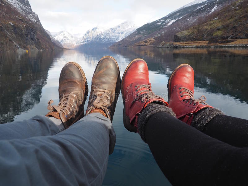 一对年轻夫妇的腿在湖附近的 库存图片