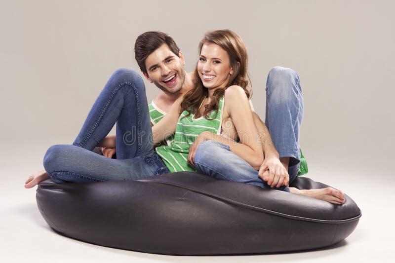 一对年轻夫妇的画象 免版税库存照片