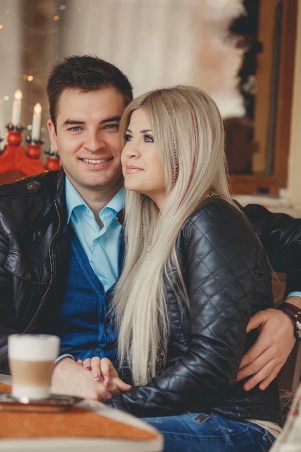 一对年轻夫妇花费在城市咖啡馆的时间 库存图片