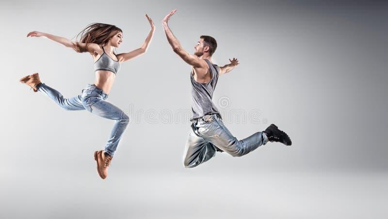 一对年轻跳舞夫妇的画象 库存图片