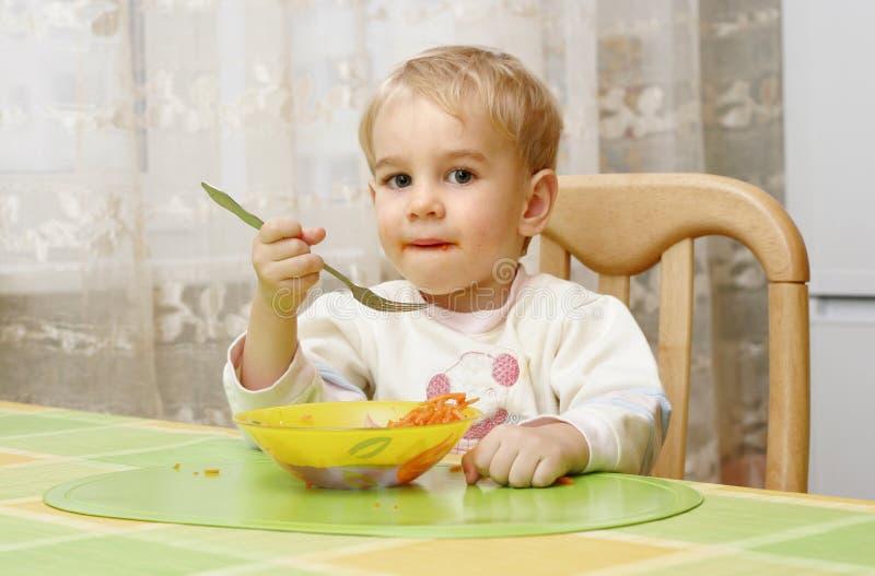 一小男孩吃 免版税库存图片
