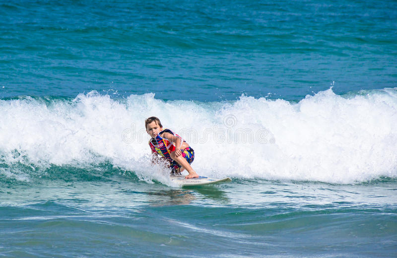 一小西部男孩实践的冲浪在Kata海滩 免版税库存图片