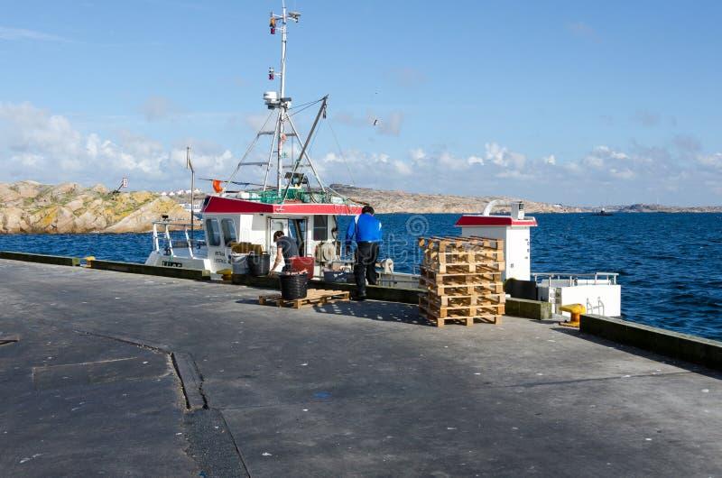 一小fishingboat卸载他们的货物 库存图片