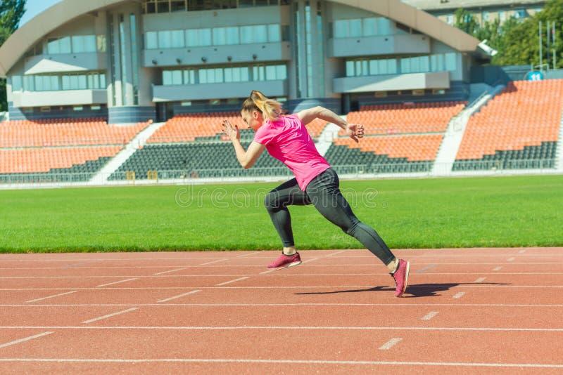 一少女在体育场跑 免版税库存照片