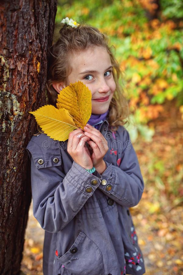一少女的画象有秋叶的 图库摄影