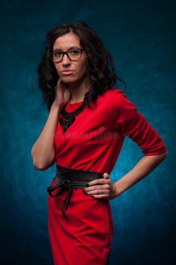 一少女的画象面孔是受粉刺的影响的一件红色礼服的 免版税库存图片