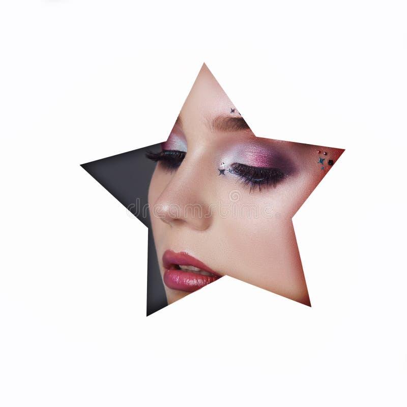一少女的秀丽面孔红色构成眼睛白皮书一个被切开的星孔的  有美好的构成红色发光的阴影的妇女, 库存照片
