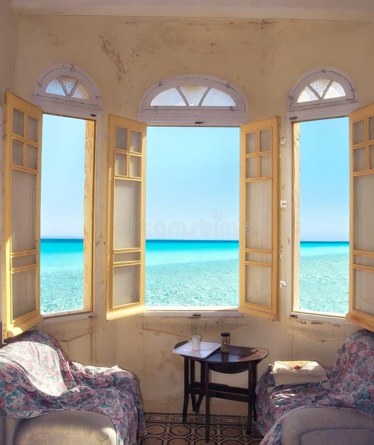 一层老舱内甲板的窗口有海视图在马耳他 免版税库存图片