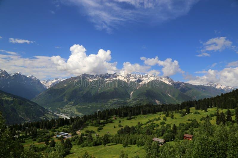 一山谷的看法在Mestia附近村庄的  免版税库存照片