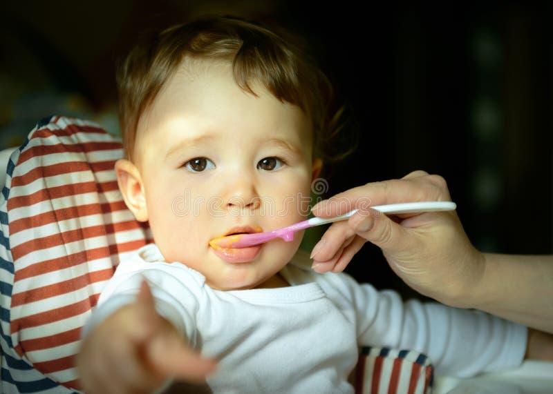 一岁的孩子吃粥 库存图片
