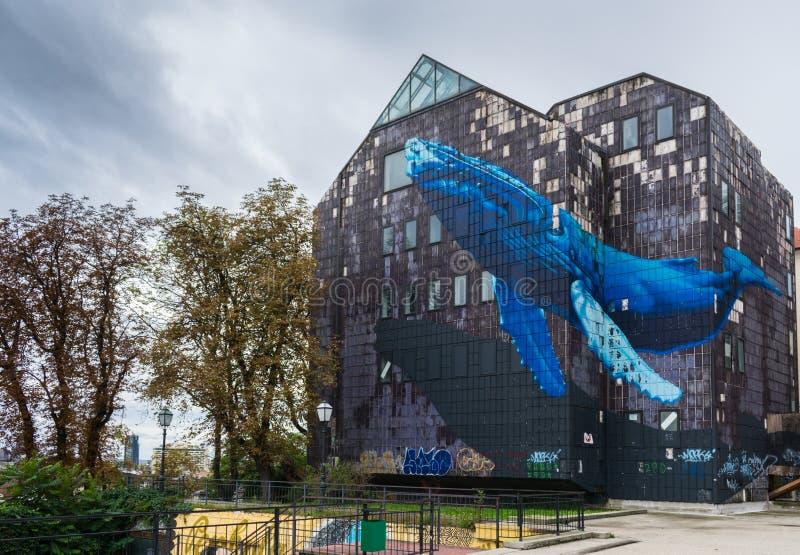 一巨型蓝色wale的著名壁画的看法在一个被放弃的老灰色大厦的在萨格勒布,克罗地亚 免版税图库摄影