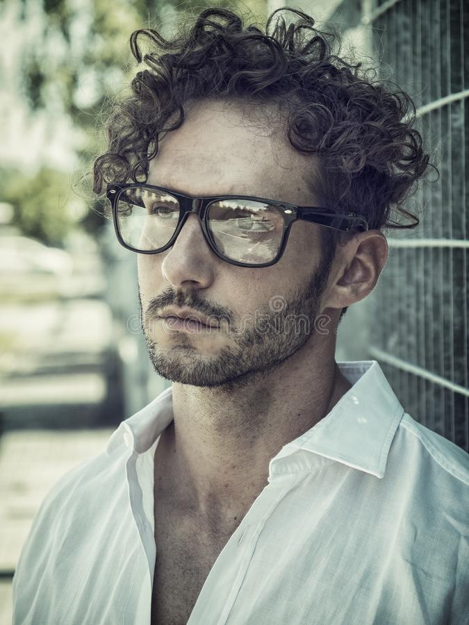 一帅哥在设置戴着眼镜的城市 免版税图库摄影