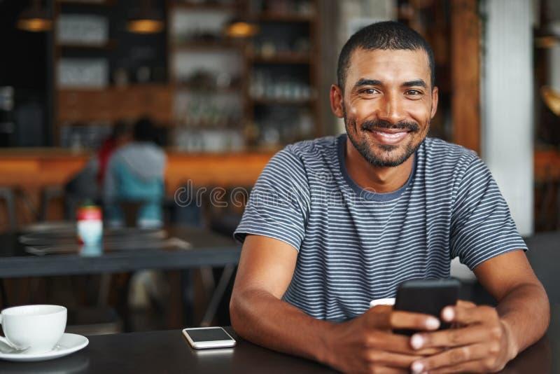 一年轻人的画象咖啡馆的 免版税库存照片