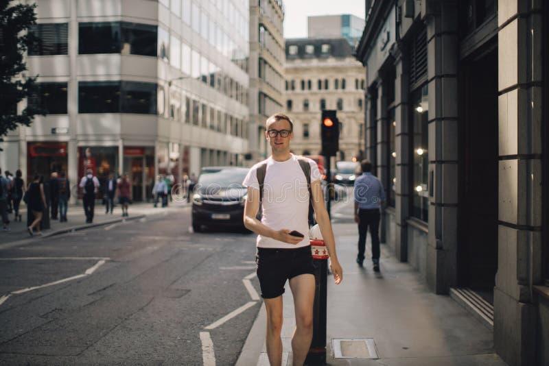 一年轻人的画象在城市 免版税图库摄影