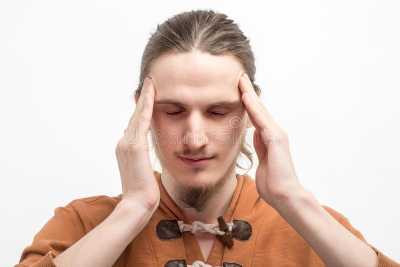 一年轻人的画象有酸疼的头的 图库摄影