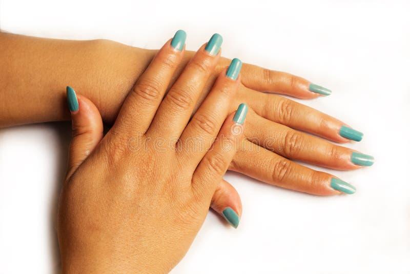 一年轻女人的手美丽的Portrate有长的蓝色修指甲的在钉子 库存照片