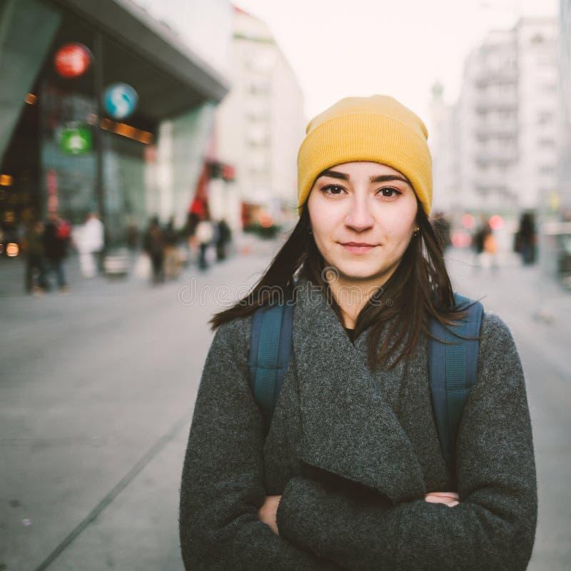 一年轻女人的画象有被交叉的双臂的 库存照片