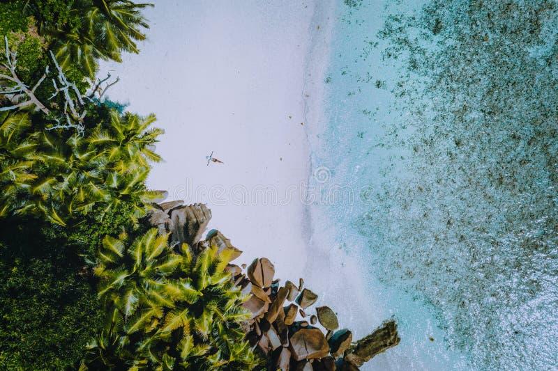 一年轻女人的鸟瞰图有热带天堂海滩的 透明的水,夏天豪华异乎寻常浪漫 库存照片