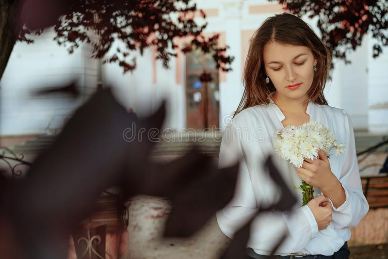 一年轻美女的画象在街道上的 免版税库存图片