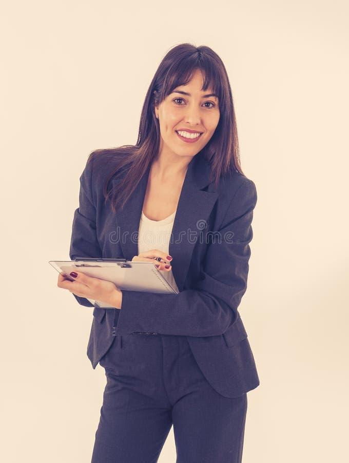 一年轻美好和确信女商人微笑的画象 背景查出的白色 免版税库存照片