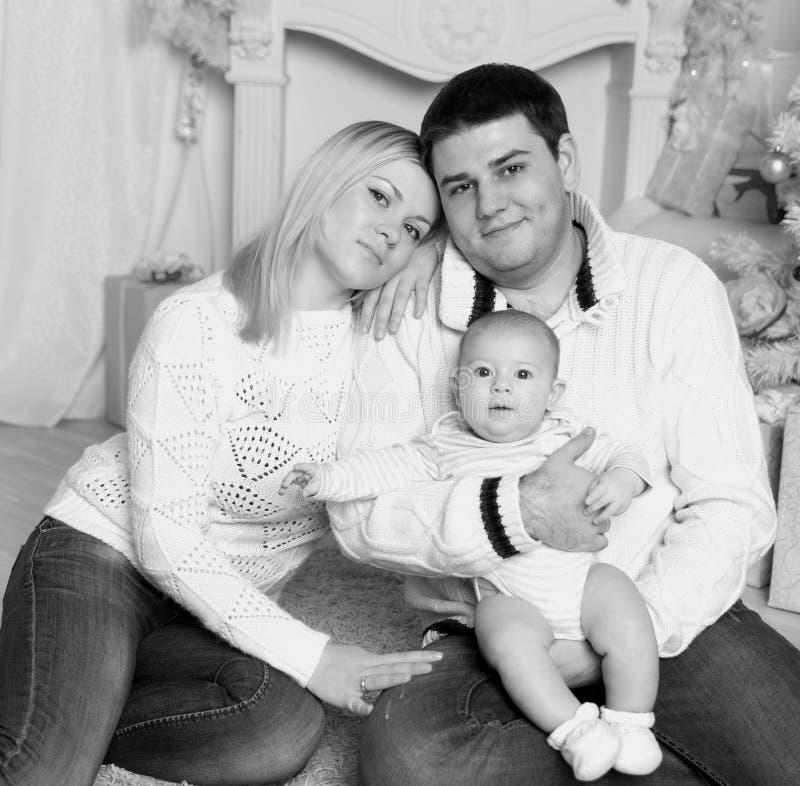 一幸福家庭的画象在圣诞节晚上 r 库存图片