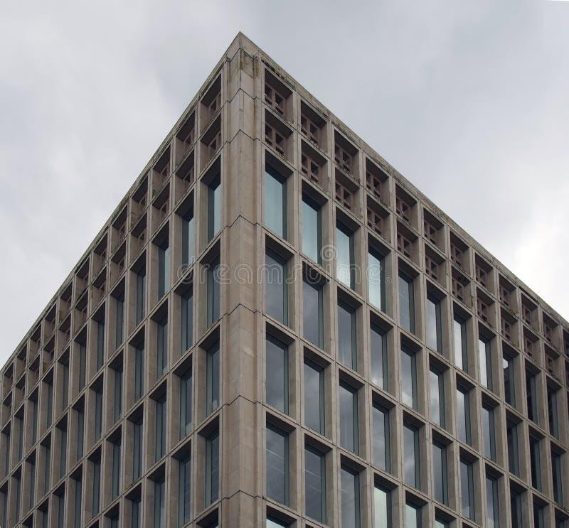 一座典型的野兽派样式20世纪60年代水泥办公楼的壁角细节与几何具体框架的反对灰色 库存图片