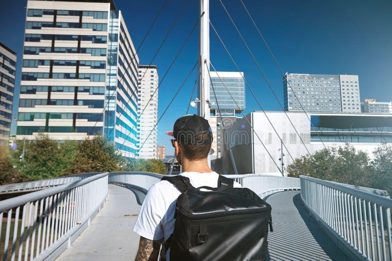 一座分流的桥梁的人 图库摄影