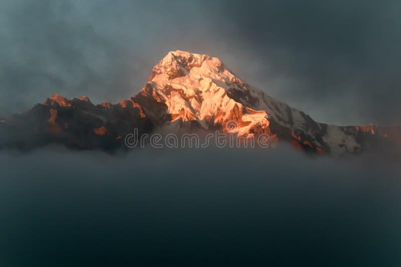 一座喜马拉雅山在日落的尼泊尔 图库摄影