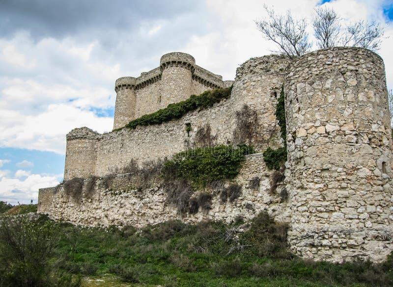 一座城堡的废墟在Sesena,卡斯蒂利亚la Mancha,西班牙 免版税库存照片