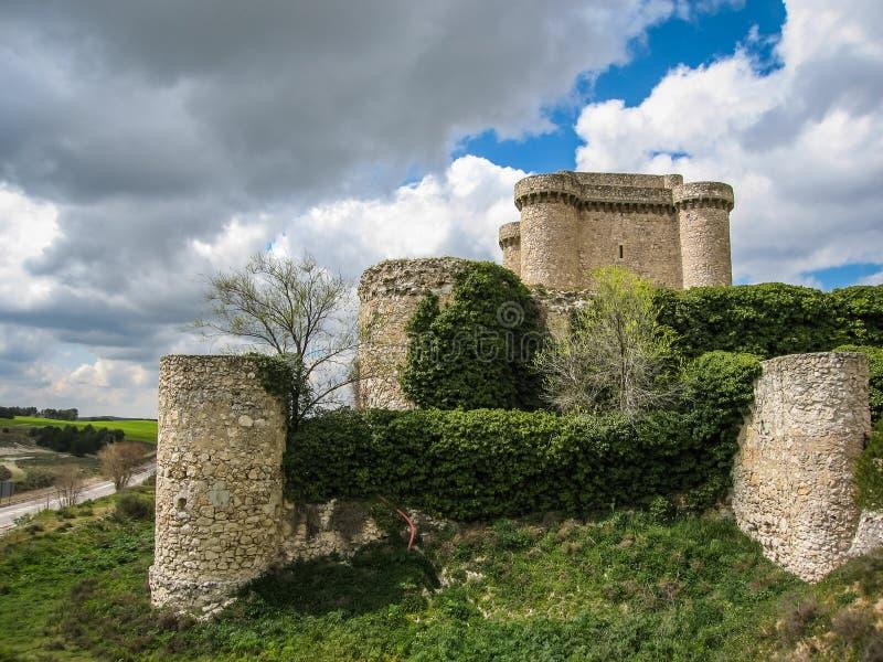 一座城堡的废墟在Sesena,卡斯蒂利亚la Mancha,西班牙 免版税图库摄影